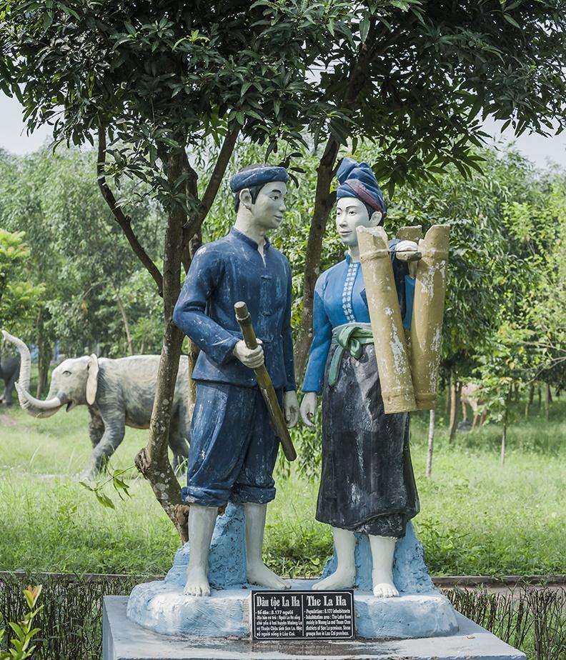 Khu vườn tượng 54 dân tộc ở Ao Vua