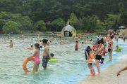 Bể bơi ở khu vui chơi giải trí